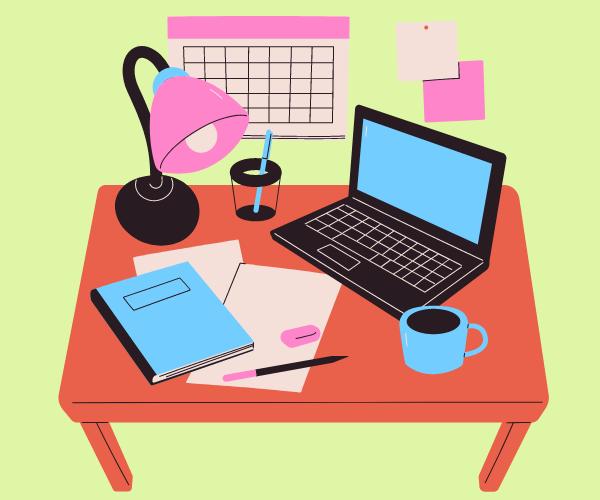 机にパソコンやノートちらかってる