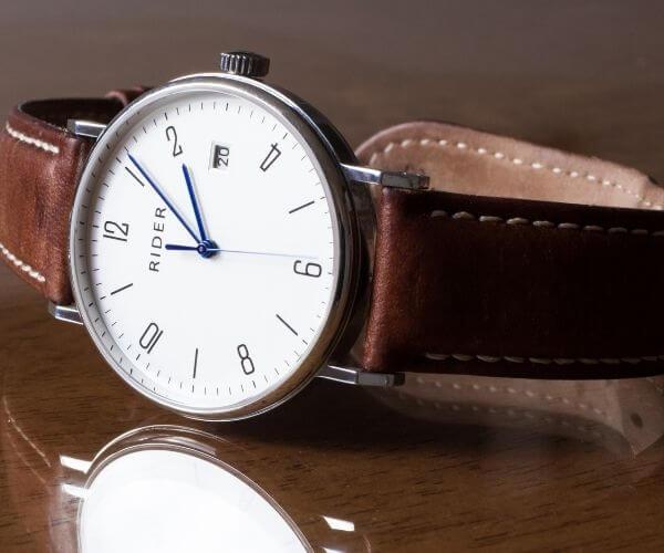茶色ベルトの腕時計
