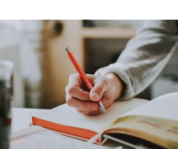 シャーペン持つ手と本